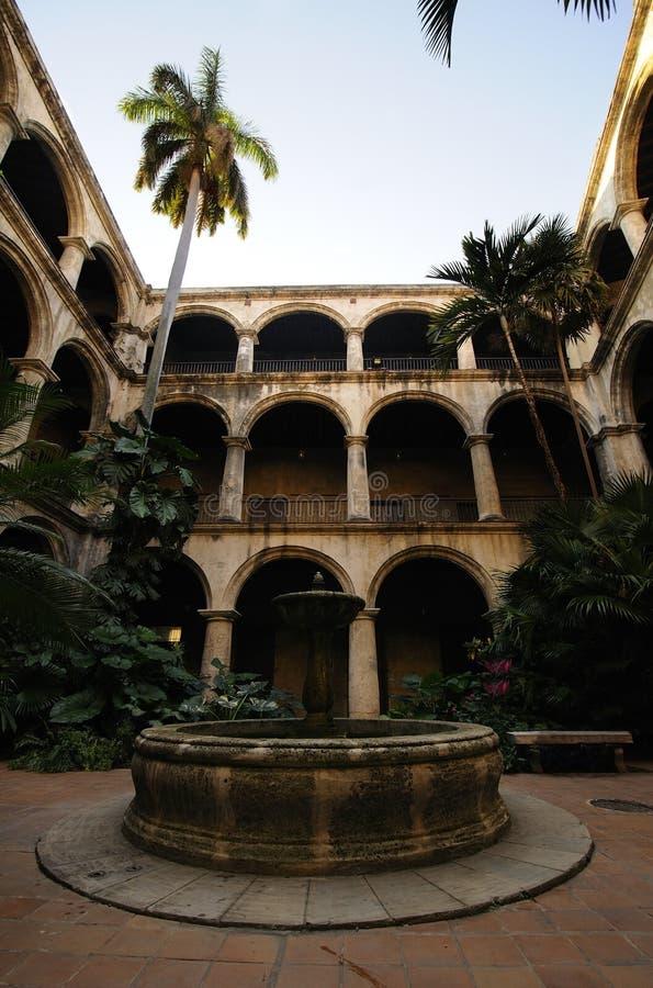 Havana-aufbauender Innenraum mit Brunnen lizenzfreie stockbilder