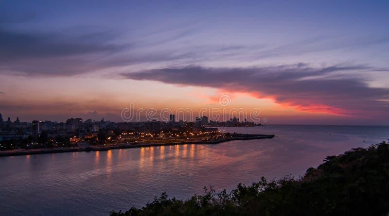 Havana Bay-Umgebungen, gesehen im Sonnenuntergang lizenzfreie stockbilder