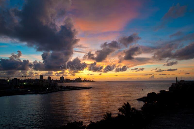 Havana-Buchteingang und Stadtskyline an der Dämmerung stockfoto