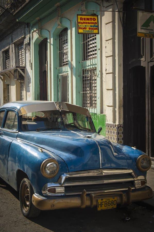 HAVANA/CUBA 2006年7月4日-在街道的老美国汽车  图库摄影