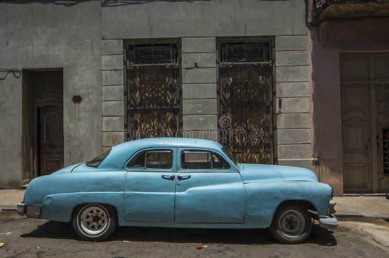 HAVANA/CUBA 2006年7月4日-在街道的老美国汽车  库存图片