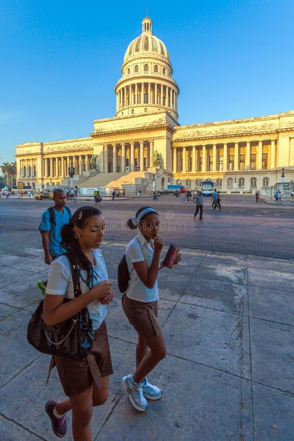 HAVANA, CUBA - APRIL 2, 2012: Groep Cubaanse studenten in uniform royalty-vrije stock fotografie