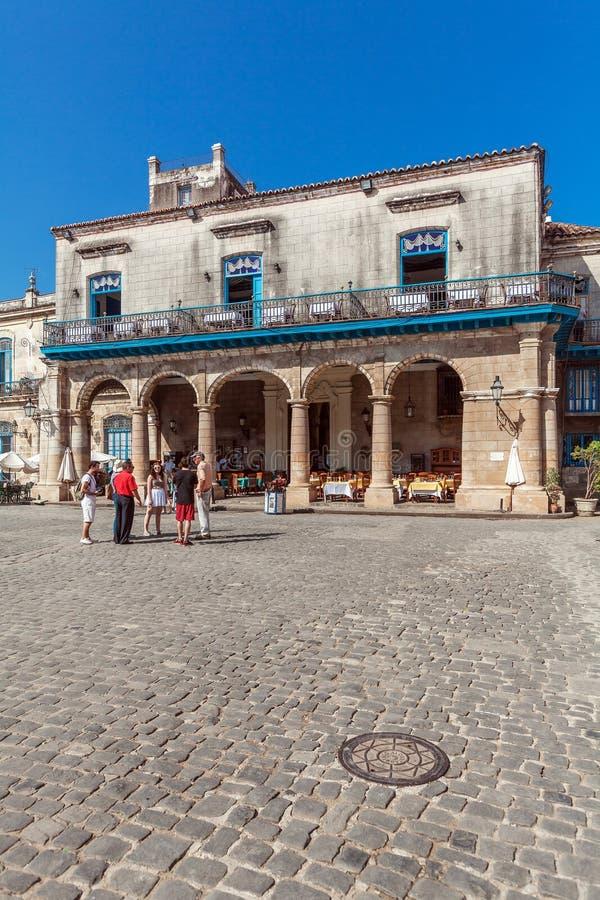 HAVANA, CUBA - APRIL 2, 2012: Toerist dichtbij het Terrasrestaurant i van Gr royalty-vrije stock foto's
