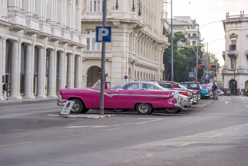 Havana, Cuba Carros clássicos coloridos dos anos 50 imagens de stock