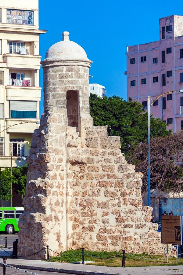 HAVANA, CUBA - 2 DE ABRIL DE 2012: Permanecer da parede velha da cidade imagem de stock
