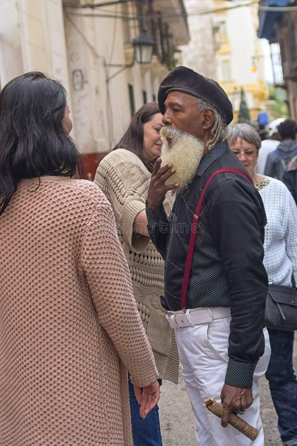 HAVANA, CUBA - 4 DE JANEIRO DE 2018: Um homem negro com uma barba branca imagem de stock