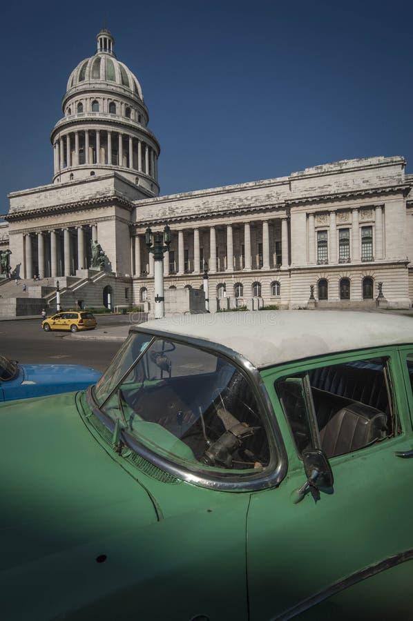 HAVANA/CUBA 4 de julho de 2006 - carros americanos velhos nas ruas de fotografia de stock royalty free