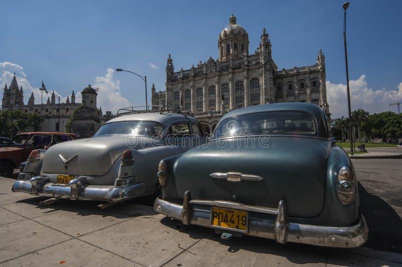 HAVANA/CUBA 4 de julho de 2006 - carros americanos velhos nas ruas de imagens de stock royalty free