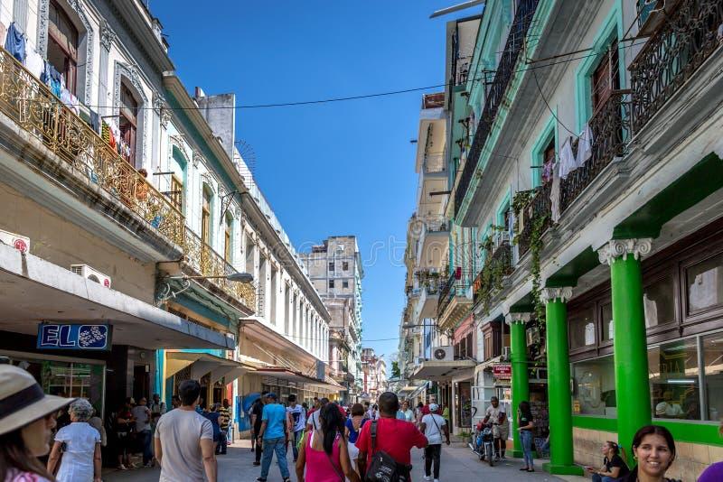 Havana, Cuba - 10 de março de 2018 - na maior parte povos locais que andam em torno da baixa de Havana, Cuba imagens de stock