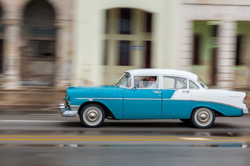 HAVANA, CUBA - 21 DE OUTUBRO DE 2017: Carro velho em Havana, Cuba Veículo retro que usa-se geralmente como um táxi para povos e o foto de stock