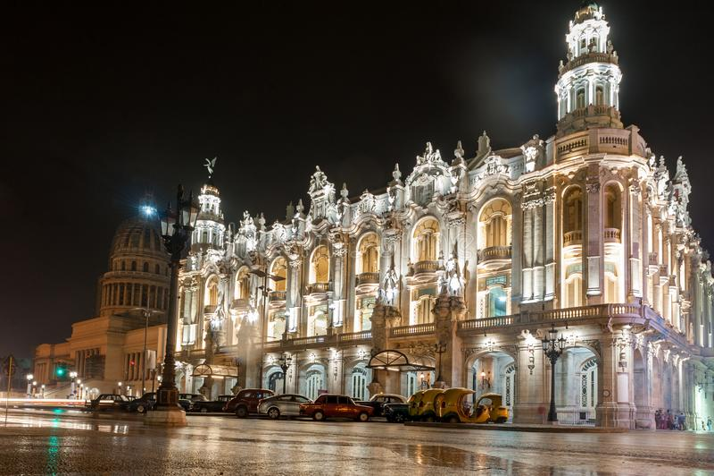HAVANA, CUBA - 24 DE OUTUBRO DE 2017: Teatro grande de Havana em Cuba Capitólio no fundo Foto tardio imagem de stock royalty free