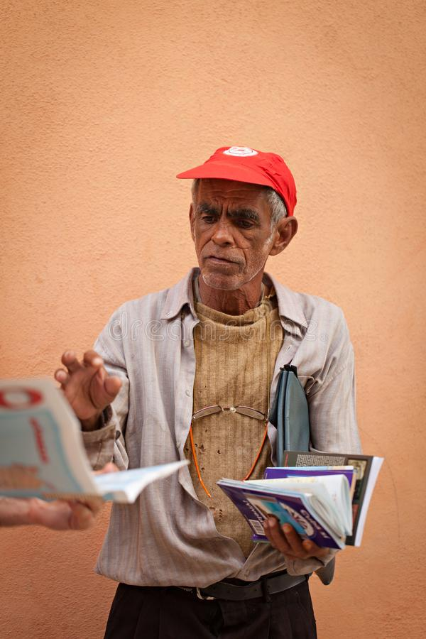 HAVANA, CUBA - DECEMBER 23, 2011: Cubaans bejaarde bij de straat verkopende kaarten royalty-vrije stock afbeelding