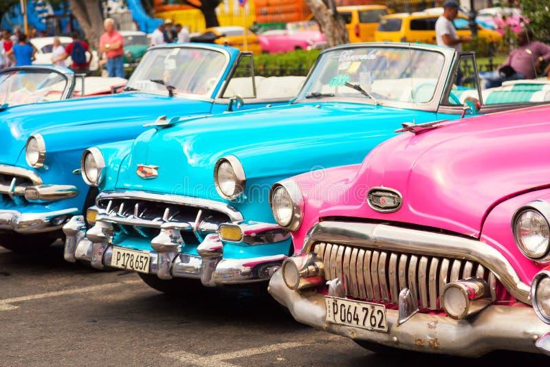 Havana, Cuba - em novembro de 2018: Carros americanos clássicos do vintage colorido estacionados na rua de Havana velho, Cuba fotografia de stock royalty free