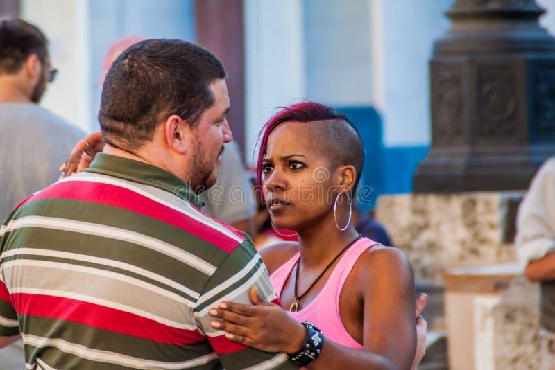 HAVANA, CUBA - 21 FEBRUARI, 2016: Het paar van Cubanen danst bij de voetstreek van de weg van Paseo DE Marti Prado in Havana royalty-vrije stock foto