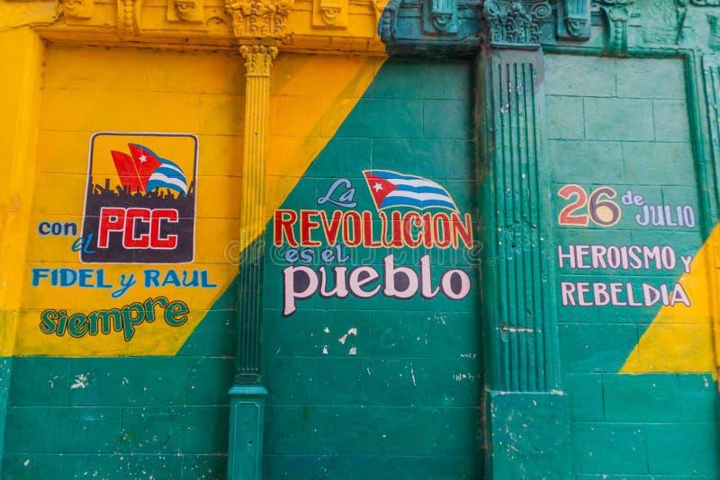 HAVANA, CUBA - 23 FEBRUARI, 2016: Propaganda het schilderen op een muur in Havana Het zegt: Altijd met PCC, Fidel en Raul E royalty-vrije stock foto