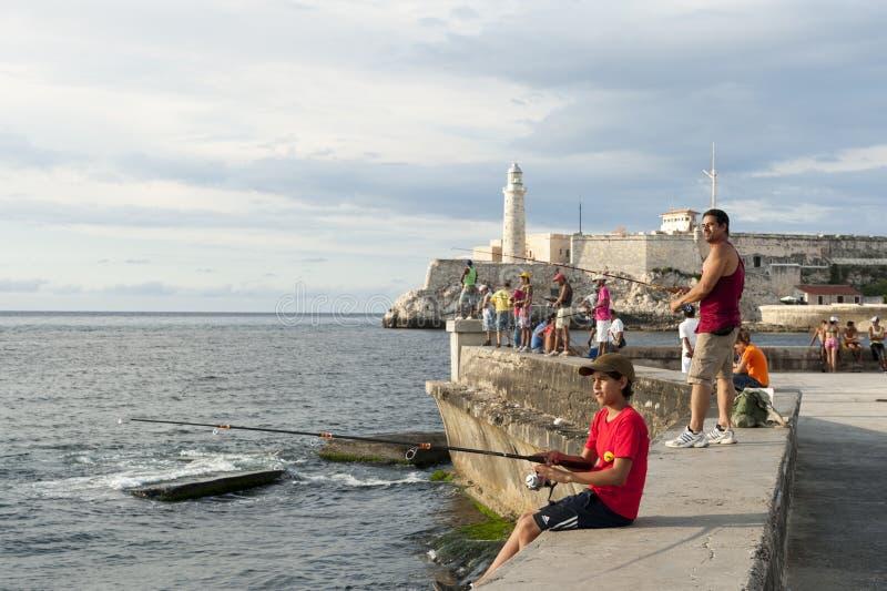 Havana Cuba Fishing auf dem Malecon lizenzfreie stockbilder