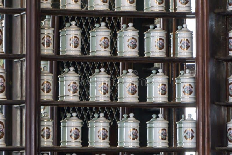 Havana, Cuba - 09 Januari, 2017: oude apotheek met diverse geneesmiddelen en stropen royalty-vrije stock foto's