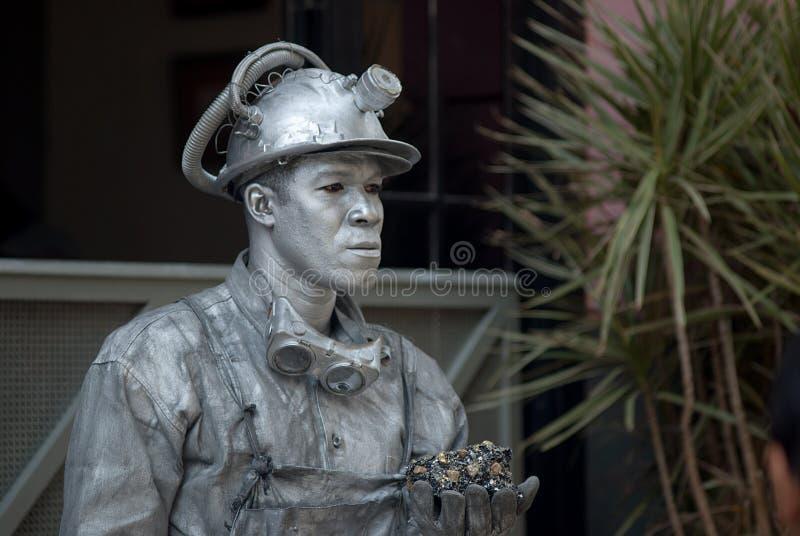 Havana, Cuba, Juli 2014 - het Leven standbeeld van een Cubaanse mens met een mijnwerker custume stock foto's