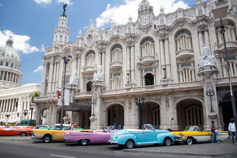 Havana, Cuba Mening van uitstekende auto's en de oude bouw dichtbij Capitolio stock fotografie