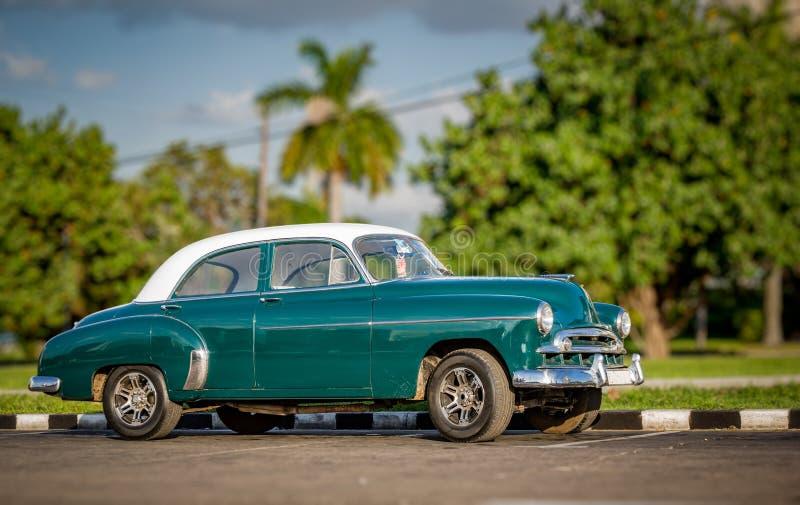 HAVANA, Cuba-OCT 25 - de Toeristen genieten van een foto op in groene die oldtimers als taxis in Havana, op 25 Oktober, 2015 -2 w stock fotografie