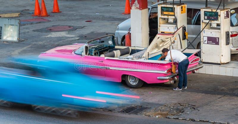 HAVANA, Cuba-OCT 26 - het Cubaanse gas van mensenpompen in referbished Chevy bij benzinestation in Havana, op 26 Oktober 2015 CR2 royalty-vrije stock foto's