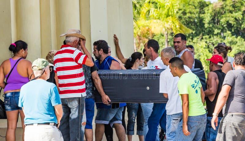 HAVANA, CUBA - OKTOBER-de 29-familie leden dragen een kist in begrafenis op 29 Oct, 2015 in Havana, Cuba_ stock afbeelding