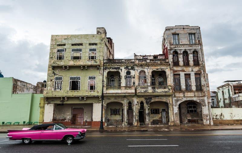 HAVANA, CUBA - OKTOBER 21, 2017: De oude Bouw de Unieke Cuba Architectuur in van Havana, Oude Auto in Voorgrond stock fotografie