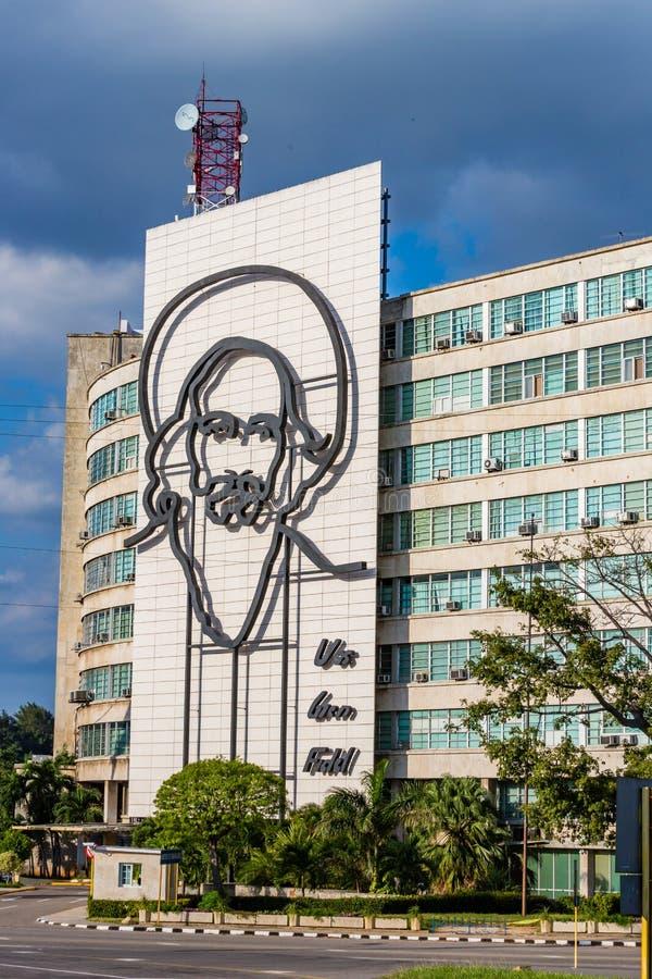 HAVANA, CUBA - OKTOBER 2015 - Grote schaalportret van revolutionair Camilo Cienfuegos is geïnstalleerd op het Ministerie van Info stock afbeeldingen
