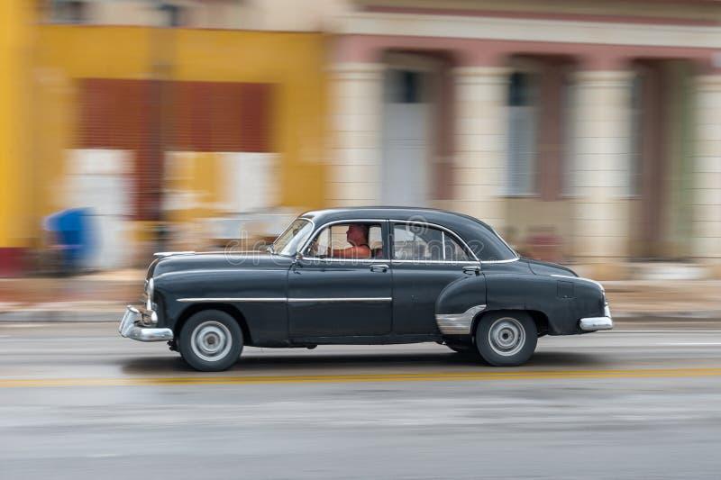 HAVANA, CUBA - OKTOBER 21, 2017: Oude Auto in Havana, Cuba Pannnig Retro Voertuig die gewoonlijk als Taxi voor Plaatselijke bevol stock afbeelding