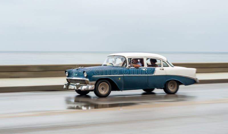 HAVANA, CUBA - OKTOBER 21, 2017: Oude Auto in Havana, Cuba Pannnig Retro Voertuig die gewoonlijk als Taxi voor Plaatselijke bevol royalty-vrije stock afbeeldingen