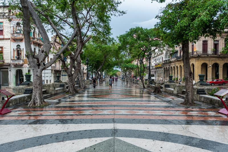 HAVANA, CUBA - OKTOBER 21, 2017: Oude Stad in Havana en één van de beroemde straat - Paseo del Prado cuba stock foto