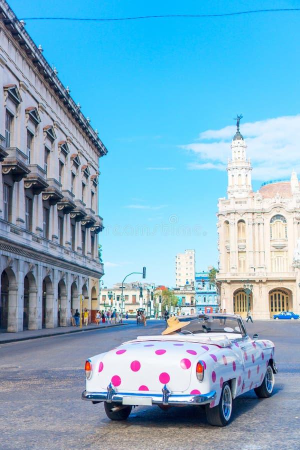 HAVANA, KUBA - 14. APRIL 2017: Authentische Ansicht einer Straße von altem Havana mit Altbauten und Autos stockfotos