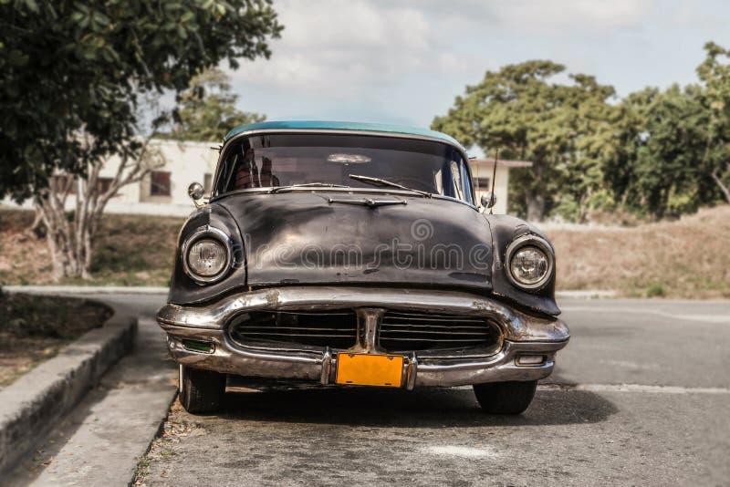 Havana, Kuba - Aug 2017: Altes und rostiges Auto Oldsmobile - Taxi im surburb von Havana lizenzfreies stockbild