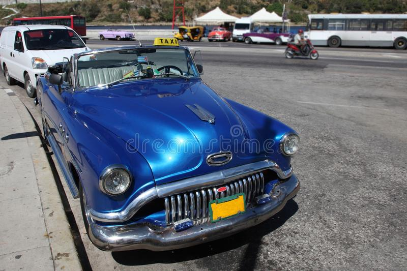 Havana, Kuba - Aug 2017: Klassische Weinlese/Retro- Auto blaues Buick, Vorderansicht, über die Straße stockfoto