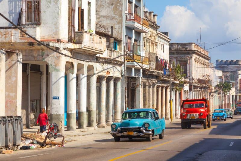 HAVANA, KUBA: authentische alte Straße in der Stadt von Havana im alten Bezirk von Serrra Weinleseautos auf Straße lizenzfreies stockbild