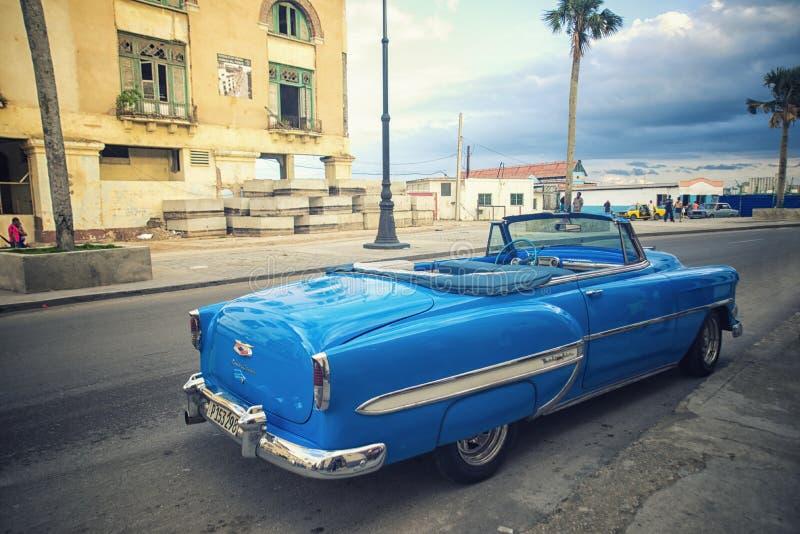 HAVANA, KUBA - 4. DEZEMBER 2015 Klassisches amerikanisches Auto der blauen Weinlese stockfotos