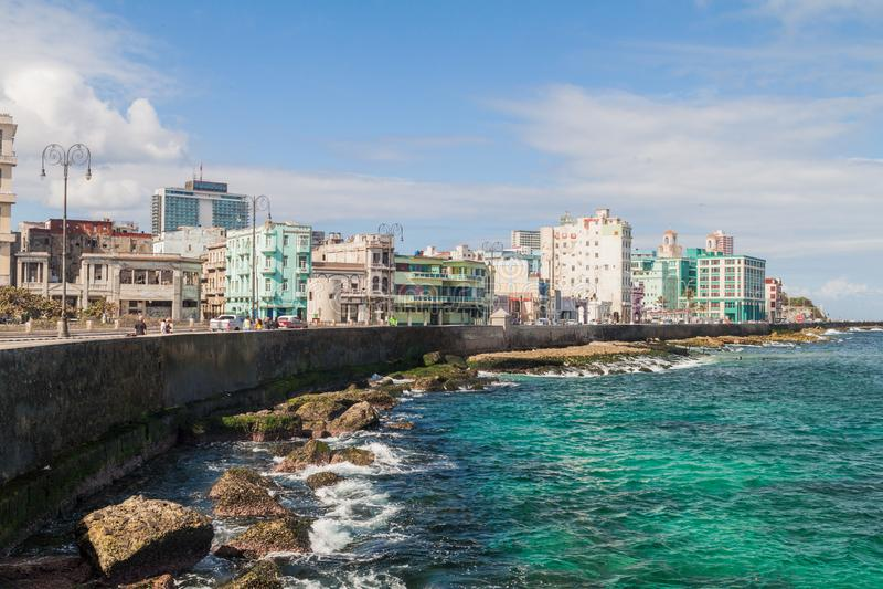 HAVANA, KUBA - 21. FEBRUAR 2016: Berühmter Küsten-Antrieb Malecon in Havan lizenzfreie stockfotos