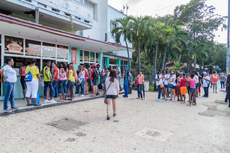 HAVANA, KUBA - 21. FEBRUAR 2016: Lange Reihe von den Leuten, die auf einen Würstchen warten lizenzfreies stockfoto