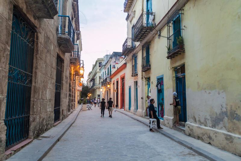 HAVANA, KUBA - 20. FEBRUAR 2016: Leute am steet in Havana Viej lizenzfreies stockfoto