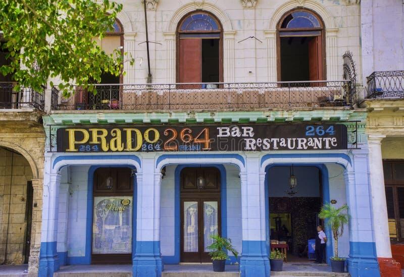 HAVANA, KUBA - 16. FEBRUAR 2017: Städtische Szene mit buntem Colonial lizenzfreie stockfotografie