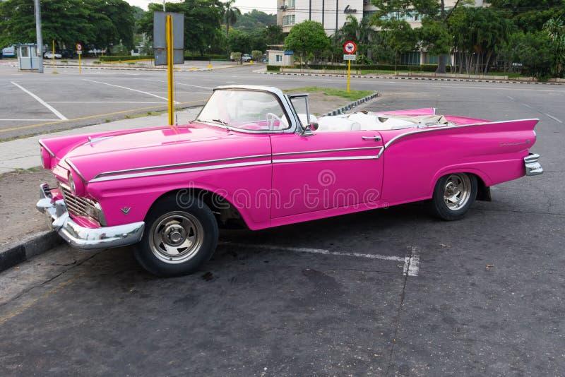 Havana, Kuba - 8. Juli 2018: Altes Timer-Auto auf Straßen von Havana stockbild
