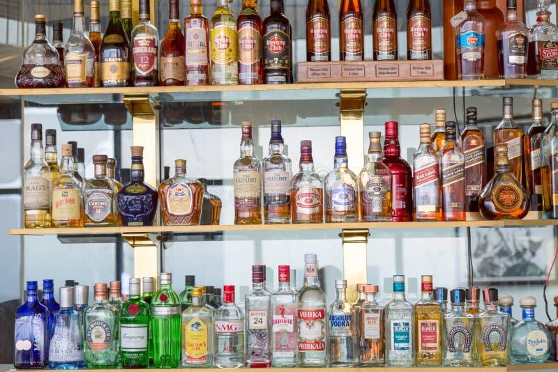 Havana, Kuba - November 2018: Flaschen Havana Club und andere alkoholische Getränke in einem Restaurant oder in einer Bar Havana  lizenzfreies stockbild