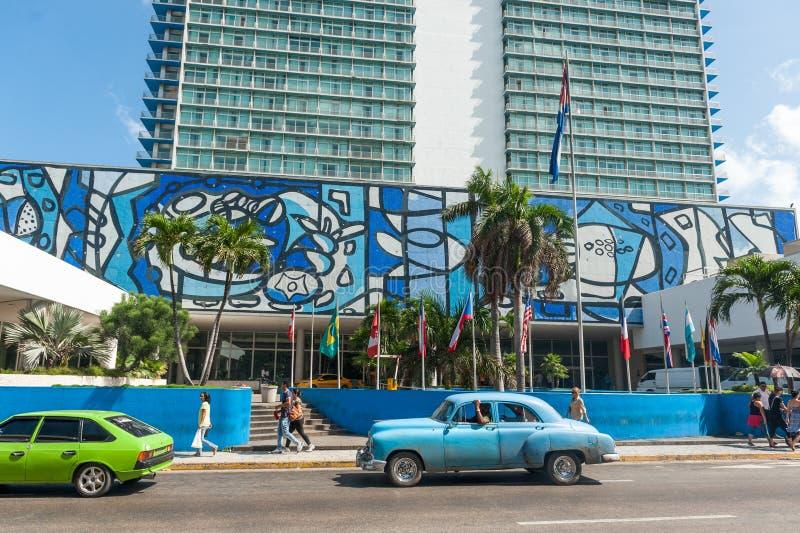 HAVANA, KUBA - 23. OKTOBER 2017: Havana Cityscape mit altem Auto und Hotel Habana Libre lizenzfreies stockbild
