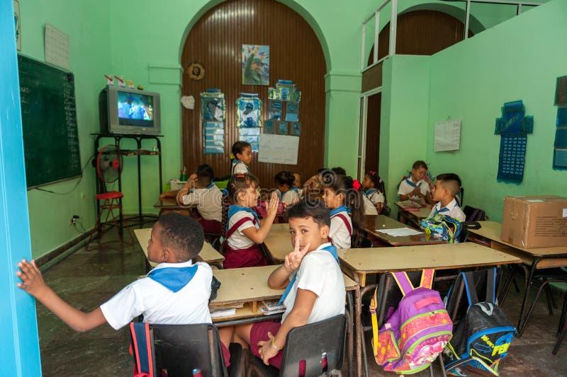 HAVANA, KUBA - 20. OKTOBER 2017: Havana Old Town mit Schulklasseinnenraum stockfoto