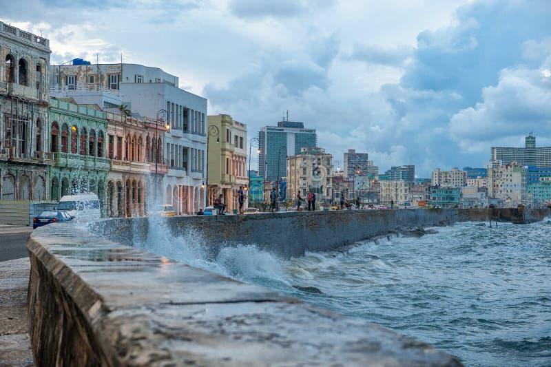 HAVANA, KUBA - 20. OKTOBER 2017: Havana Old Town und Malecon-Bereich mit karibischen Meereswellen lizenzfreie stockbilder