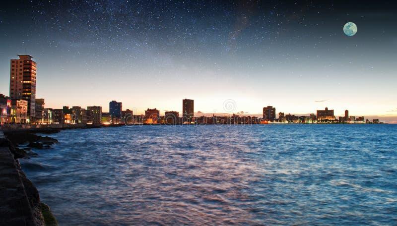 Havana Malecon bij het Vallen van de avond stock fotografie