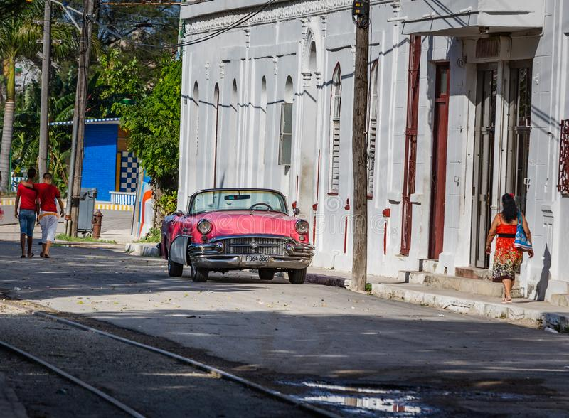 HAVANA - OCTOBER 26-Local street scene of people, old cars and colonial architecture in, Havana, Cuba on October 26, 2015 royalty free stock photos
