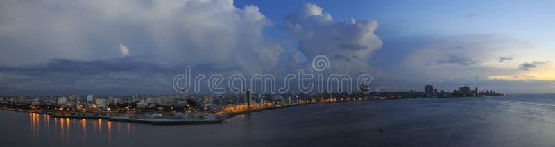 Havana-Skylinepanorama an der Dämmerung lizenzfreie stockfotos