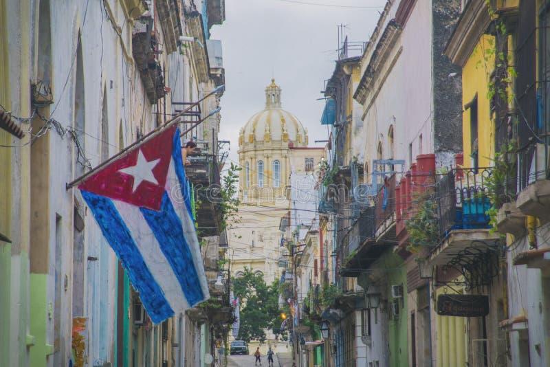 Havana-Straße mit Flagge lizenzfreies stockbild