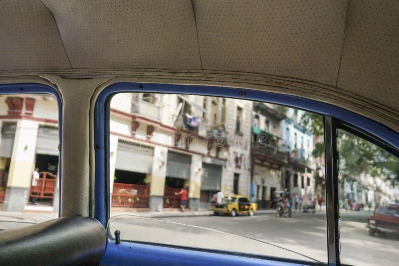 Havana-Straßen von innen eines Oldtimers in Kuba lizenzfreie stockfotos